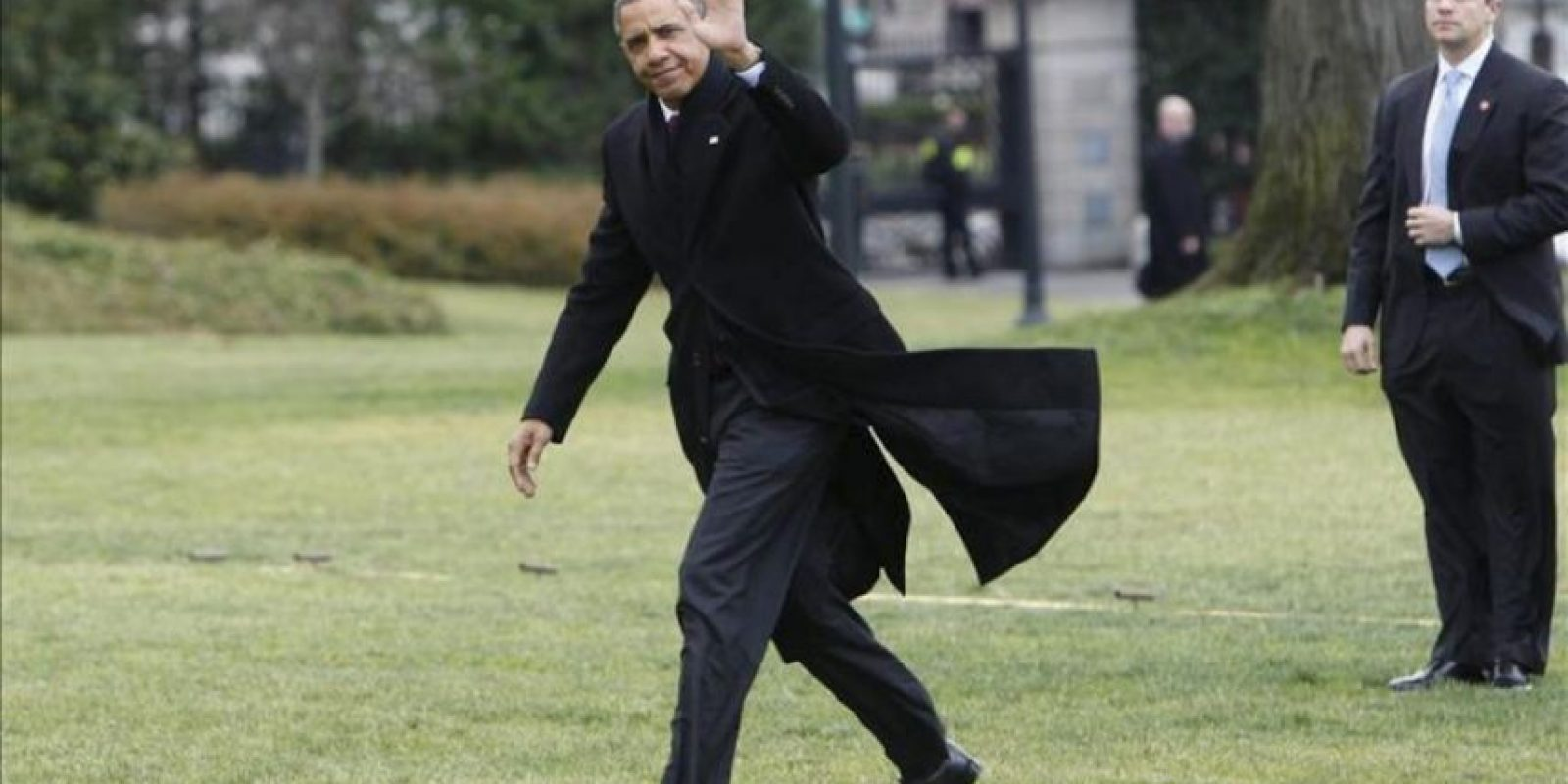 El presidente de Estados Unidos, Barack Obama (d), regresa a la Casa Blanca después de sus vacaciones de Navidad en Hawai, en Washington, EE.UU. este 27 de diciembre. EFE
