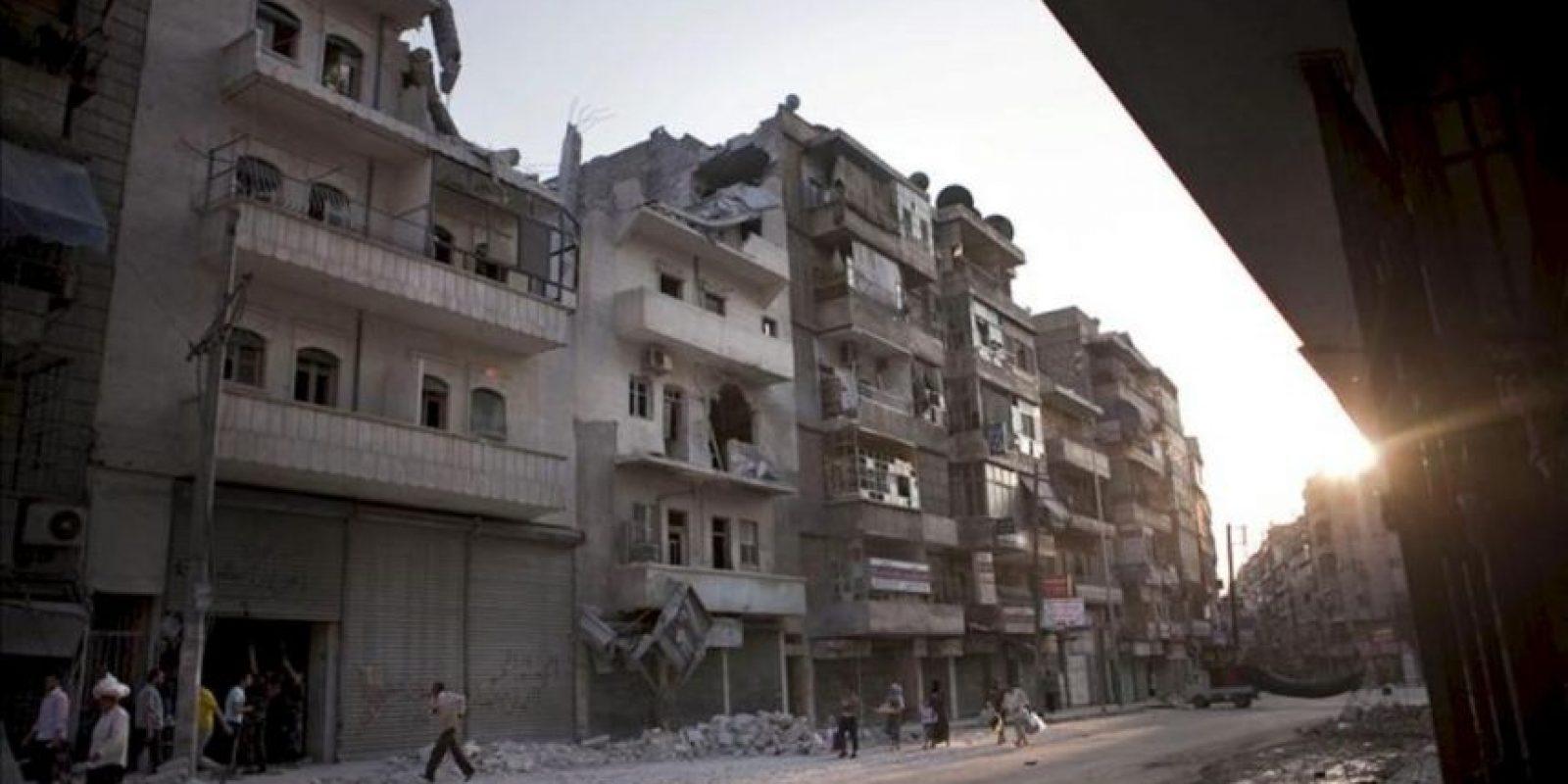 Civiles sirios huyen durante un bombardeo del Ejércio sirio en la ciudad de Alepo el pasado 3 de octubre. EFE/Archivo