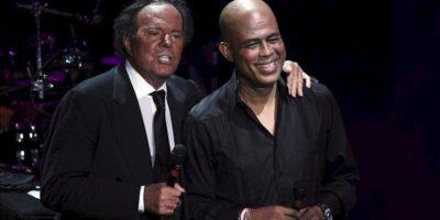 El cantante español Julio Iglesias (i), y el presidente de Haití, Michel Martelly (d), cantan en un concierto a beneficio de una institución presidida por la primera dama de Haití, en el anfiteatro de Altos de Chavón, anoche, en La Romana (República Dominicana). EFE