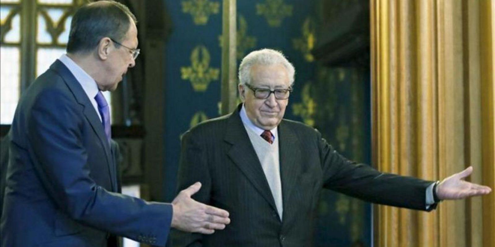 El ministro de Asuntos Exteriores ruso, Sergey Lavrov (izda) junto al líder de la Liga Árabe, y mediador internacional para Siria, Lajdar Brahimi, (dcha), en Moscú, Rusia, hoy 29 de diciembre de 2012. EFE