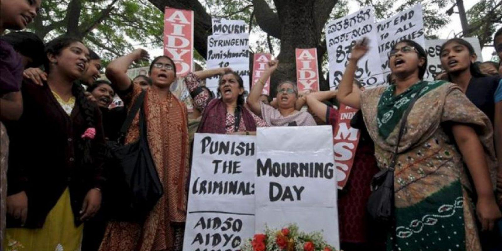 A la espera de nuevas manifestaciones, la Policía de Nueva Delhi cerró hoy diez estaciones de metro y el acceso por carretera a los principales edificios gubernamentales y al céntrico monumento de la Puerta de la India, donde se han registrado las mayores protestas. EFE
