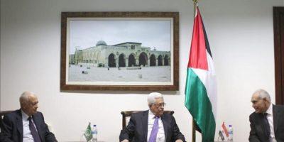 El presidente palestino, Mahmoud Abbas (c) se reune con el secretario general de la Liga Árabe, Nabil Alaraby (izda) y el ministro egipcio de Asuntos Exteriores, Mohamed Kamel Amr (dcha) en Ramala, hoy 29 de diciembre de 2012. EFE