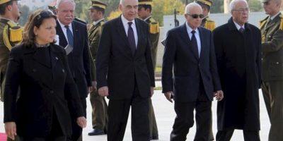 El secretario general de la Liga Árabe, Nabil El Araby (2º dcha) y el ministro egipcio de Asuntos Exteriores, Mohammed Kamel Amr (2º izda) llegan a Ramala para reunirse con el presidente palestino, Mahmoud Abbas, hoy 29 de diciembre de 2012. EFE