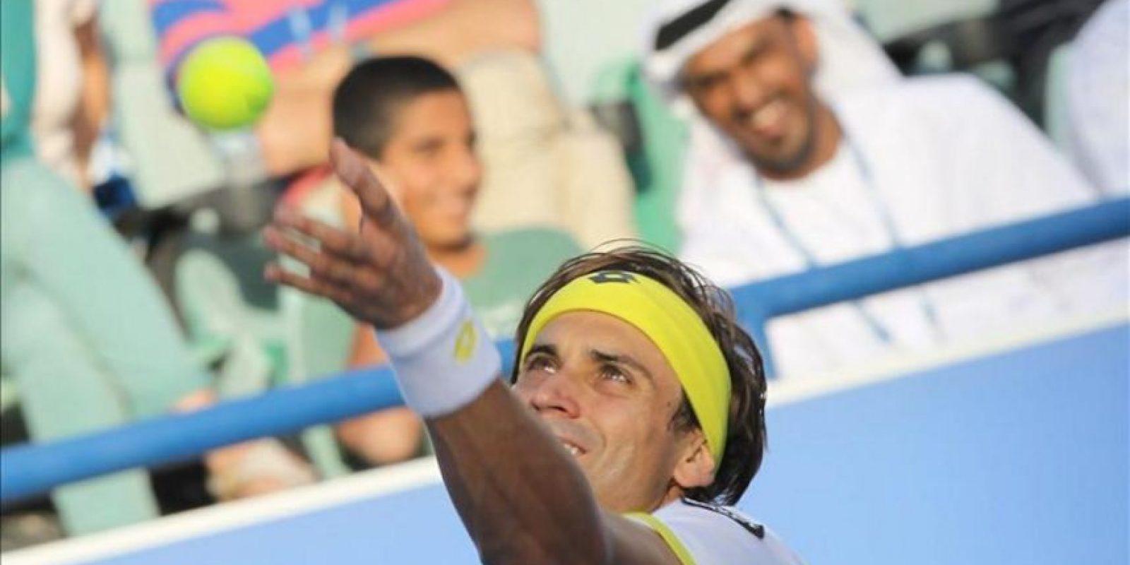 El tenista español David Ferrer sirve una bola al serbio Janko Tipsarevic, durante el partido disputado en Abu Dhabi, hoy. EFE