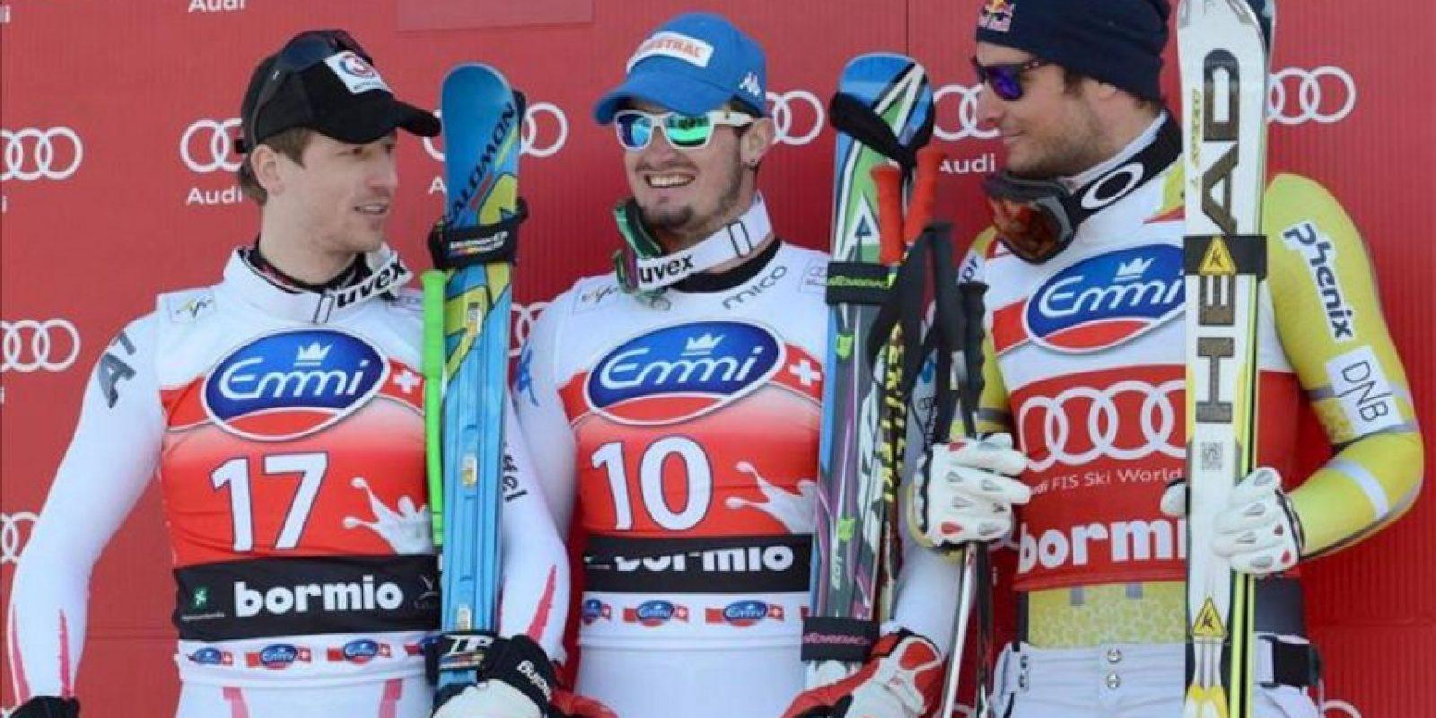 De izquierda a derecha, el austriaco Hannes Reichelt, el italiano Dominik Paris, y el noruego Aksel Lund Svindal, hoy en el podio en Bormio, Italia. EFE