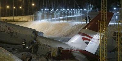 Investigadores y operarios de rescate trabajan en el lugar donde se ha producido el siniestro, cerca del aeropuerto de Vnukovo, a las afueras de Moscú. EFE