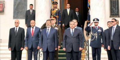 """Imagen cedida por Presidencia del mandatario egipcio Mohamed Morsi (3 izda.) junto a varios oficiales mientras escuchan el himno nacional frente a la Cámara alta (o """"Shura"""") . EFE"""