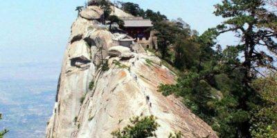 Este restaurante chino, ubicado en una montaña inaccesible y una cerca, ofrece su comida gratis a quien sortee sus obstáculos Foto:Dailypix