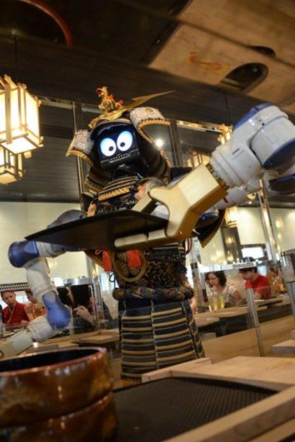 En el restaurante Hajime de Tailandia, el robot samurai pide su orden y también baila Foto:Dailypix