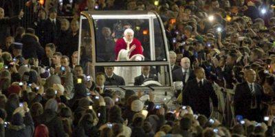 El Papa Benedicto XVI saluda desde su papamóvil a su llegada a la Plaza de San Pedro. EFE