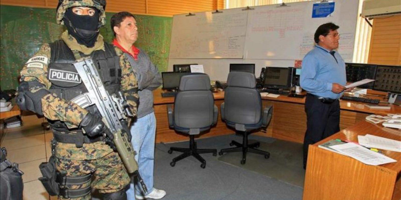 Autoridades bolivianas custodian al interior una de las principales oficinas de la distribuidora Electropaz, una de las cuatro empresas propiedad de la española Iberdrola nacionalizadas por el Gobierno de Bolivia hoy, sábado 29 de diciembre de 2012, en La Paz. EFE