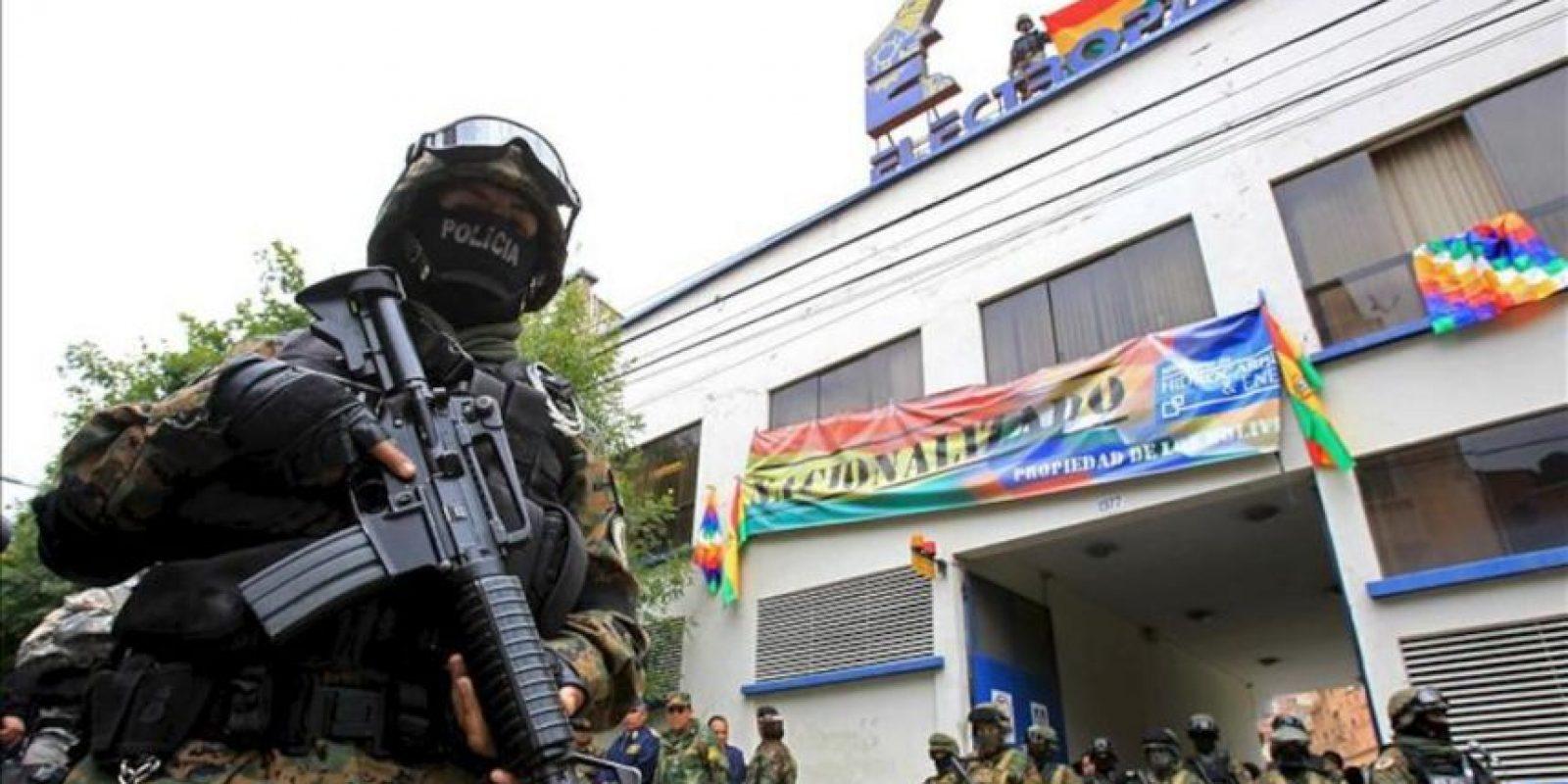 Autoridades bolivianas custodian una de las principales oficinas de la distribuidora Electropaz, una de las cuatro empresas propiedad de la española Iberdrola nacionalizadas por el Gobierno de Bolivia hoy, sábado 29 de diciembre de 2012, en La Paz. EFE