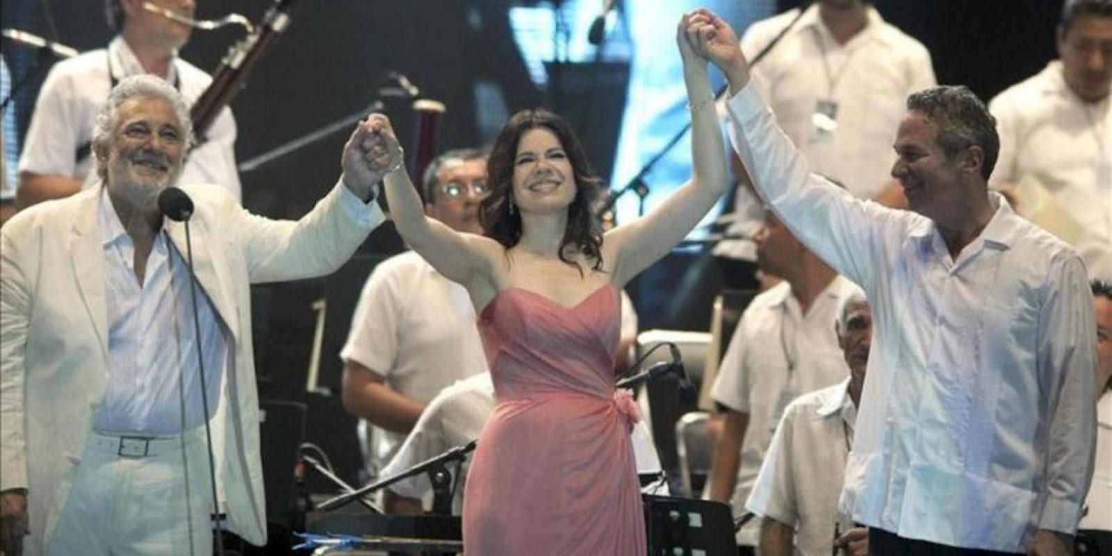 El tenor español Plácido Domingo (i), la soprano puertorriqueña Ana María Martínez (c) y el director estadounidense Eugene Kohn (d) participan este sábado 29 de diciembre de 2012, en una presentación en Playa Tamarindos, en el puerto mexicano de Acapulco, a beneficio de las Orquestas Infantiles de Guerrero. EFE
