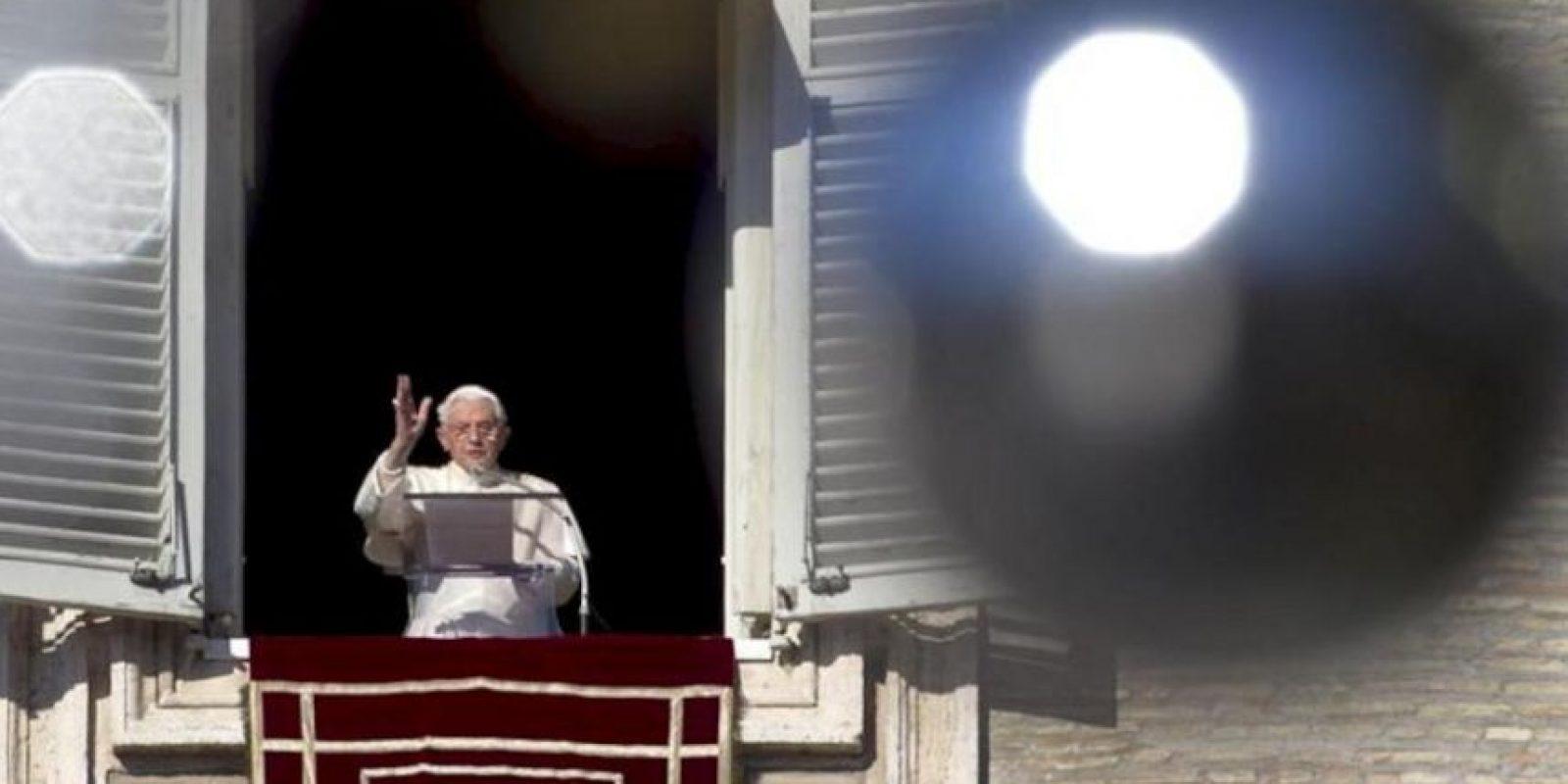 El papa Benedicto XVI ante los miles de fieles que acudieron hoy a la plaza de San Pedro del Vaticano al tradicional rezo del Ángelus dominical. EFE