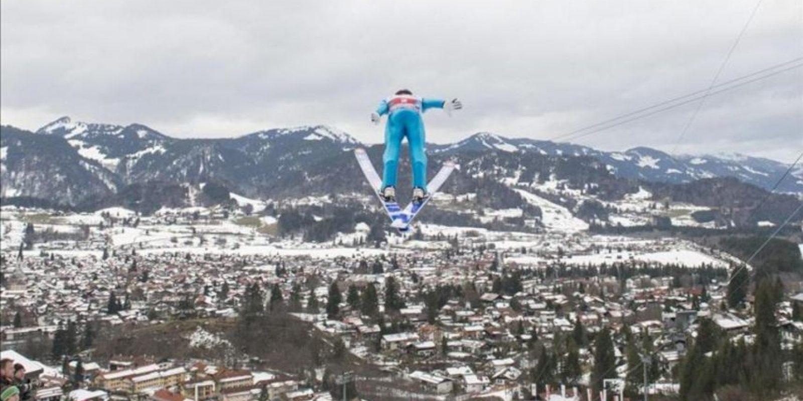 Imagen del noruego Anders Jacobsen, durante uno de sus saltos hoy en Oberstdorf, Alemania. EFE