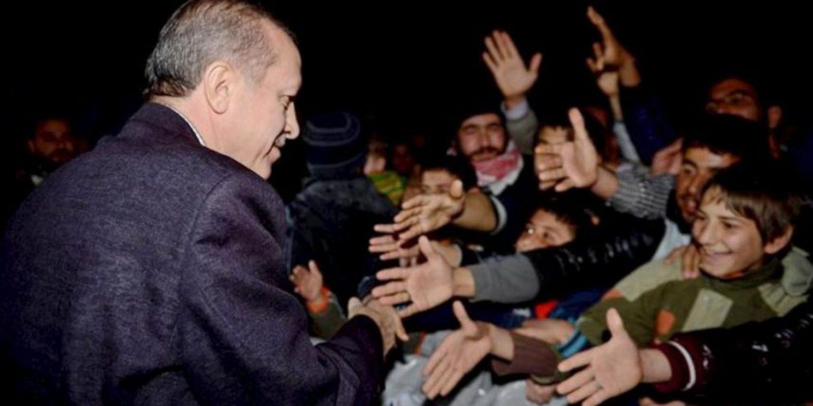 Imagen facilitada por la oficina de prensa del Primer Ministro turco en la que Tayyip Erdogan saluda a niños sirios refugiados en el campamento Akcakale, junto a la frontera con Siria. EFE