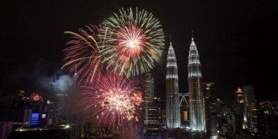 Vista de los fuegos artificiales con motivo del Año Nuevo en las torres Petronas de Kuala Lumpur, Malasia hoy 31 de diciembre de 2012. EFE/Ahmad Yusni Foto: EFE/Ahmad Yusni