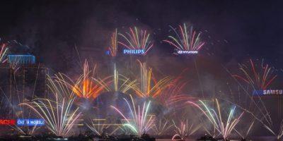 Vista de los fuegos artificiales con motivo del Año Nuevo en el centro de Convenciones de Hong Kong, China. Foto: EFE/Jerome Favre