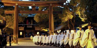 Varios sacerdotes sintoístas abandonan la sala de adoración y dejan atrás la puerta sur tras finalizar un ritual sintoísta de preparación para la llegada del Año Nuevo en el templo Meiji de Tokio (Japón) hoy, lunes 31 de diciembre de 2012. EFE
