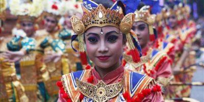 Bailarines actúan durante el desfile de Año Nuevo celebrado por las calles de Denpasar en Bali (Indonesia) hoy, lunes 31 de diciembre de 2012. EFE