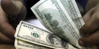 Un trabajador cuenta dólares estadounidenses en un banco de El Cairo (Egipto) hoy, lunes 31 de diciembre de 2012. EFE