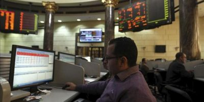 Un agente bursátil trabaja en la Bolsa de El Cairo (Egipto) hoy, lunes 31 de diciembre de 2012. EFE