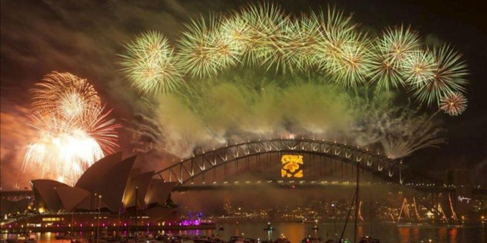 Fuegos artificiales iluminan Sídney (Australia) durante las celebraciones de Año Nuevo. EFE