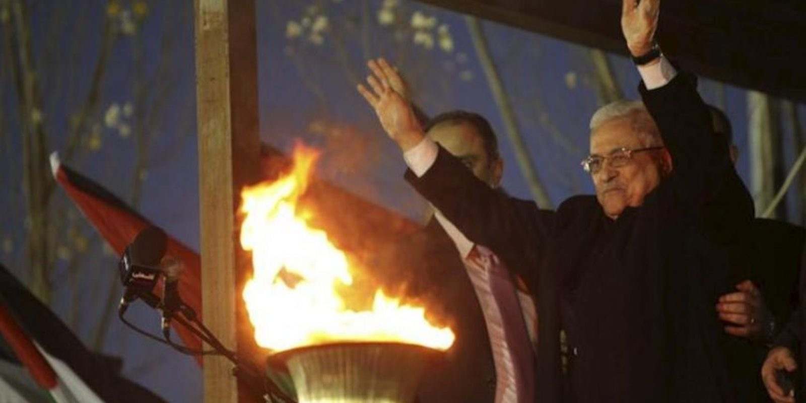 El presidente palestino, Mahmud Abás, saluda a sus seguidores durante una celebración pública para conmemorar el 48 aniversario de la fundación del partido. EFE