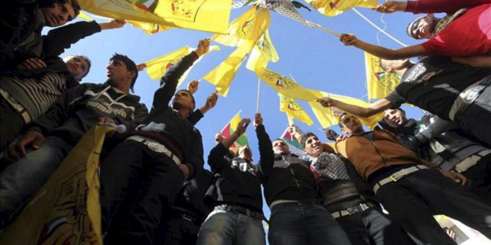 Palestinos seguidores del partido nacionalista palestino Al Fatah, ondean banderas durante una celebración pública para conmemorar el 48 aniversario. EFE