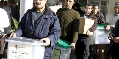 """Varios trabajadores cargan con las urnas electorales en el colegio de Ein Jaloot en Ammán. Jordania celebra los primeros comicios legislativos tras el inicio de la """"primavera árabe"""". EFE"""