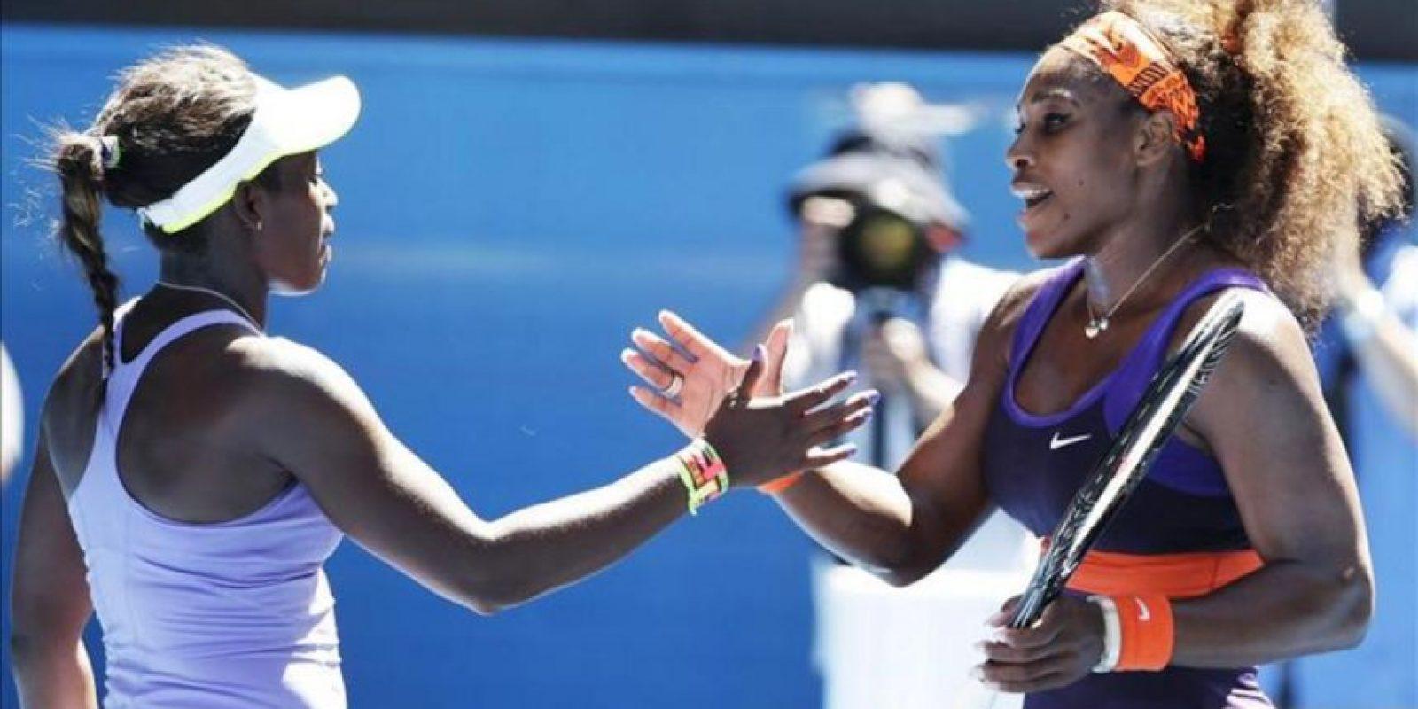 La tenista estadounidense Sloane Stephens (i) saluda a su compatriota Serena Williams hoy, miércoles 23 de enero de 2013, tras un partido por los cuartos de final del Abierto de Australia, en Melbourne (Australia). EFE