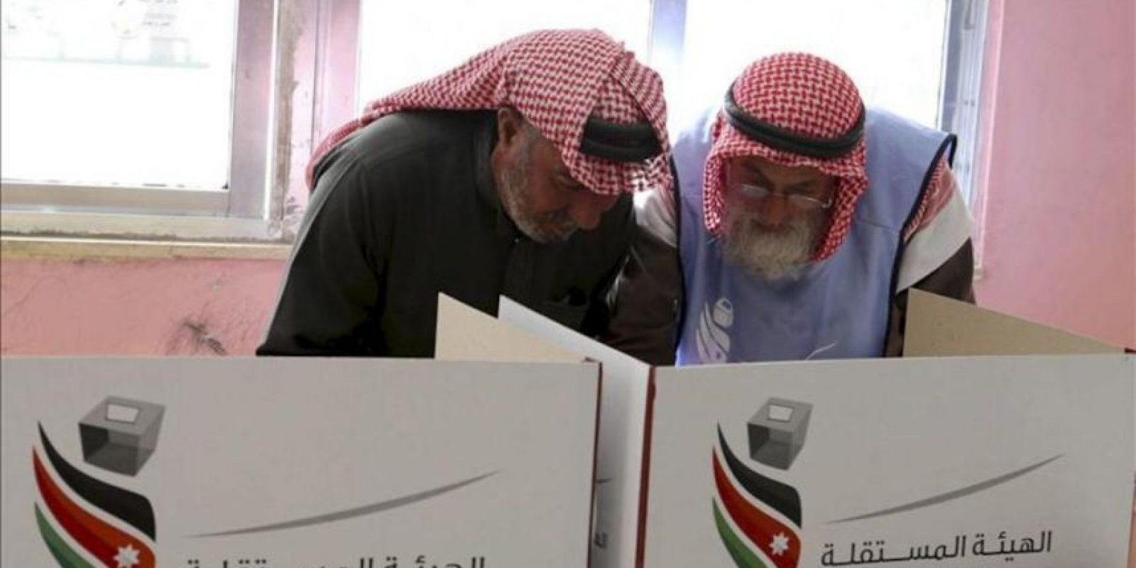 Dos hombres ejercen su derecho al voto en Amán (Jordania) hoy, miércoles 23 de enero. EFE