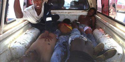 Fotografía facilitada hoy que muestra a un grupo de manifestantes heridos durante el tercer día de enfrentamientos por la obtención de servicios básicos en Sasolburg, Sudáfrica, ayer, 22 de enero de 2013.
