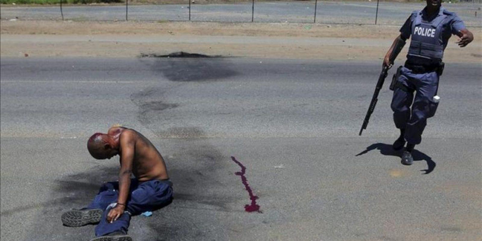 Fotografía facilitada hoy que muestra a un manifestante herido después de que agentes de policía sudafricanos dispararan balas de goma durante el tercer día de enfrentamientos por la obtención de servicios básicos en Sasolburg, Sudáfrica, ayer, 22 de enero. EFE