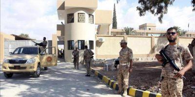 Soldados libios vigilan la sede de una de las milicias en Bengasi (Libia). EFE/Archivo