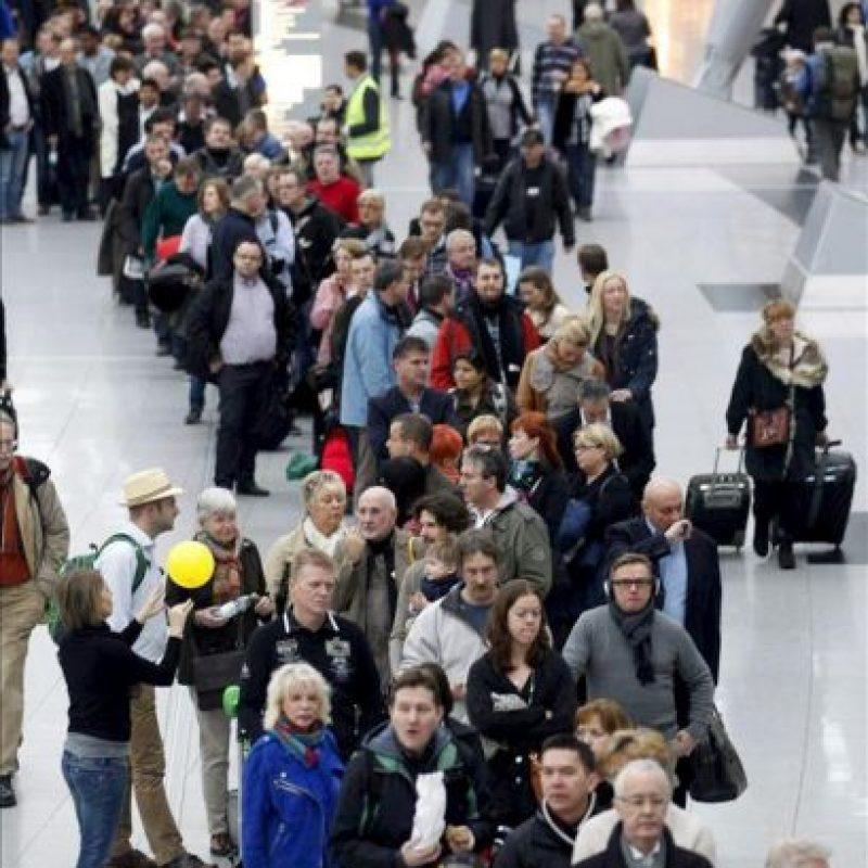 Una larga cola de pasajeros delante de un mostrador de facturación en el aeropuerto de Düsseldorf (Alemania). EFE