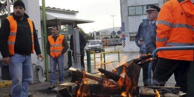 Varios trabajadores del metro de Atenas en huelga se concentran hoy en los alrededores de las cocheras en Atenas (Grecia). EFE