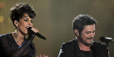 El cantante Alejandro Sanz y la norteamericana Alicia Keys durante su actuación en el acto de entrega de los Premios 40 Principales 2012, que tiene lugar esta noche en el Palacio de Los Deportes de Madrid. EFE
