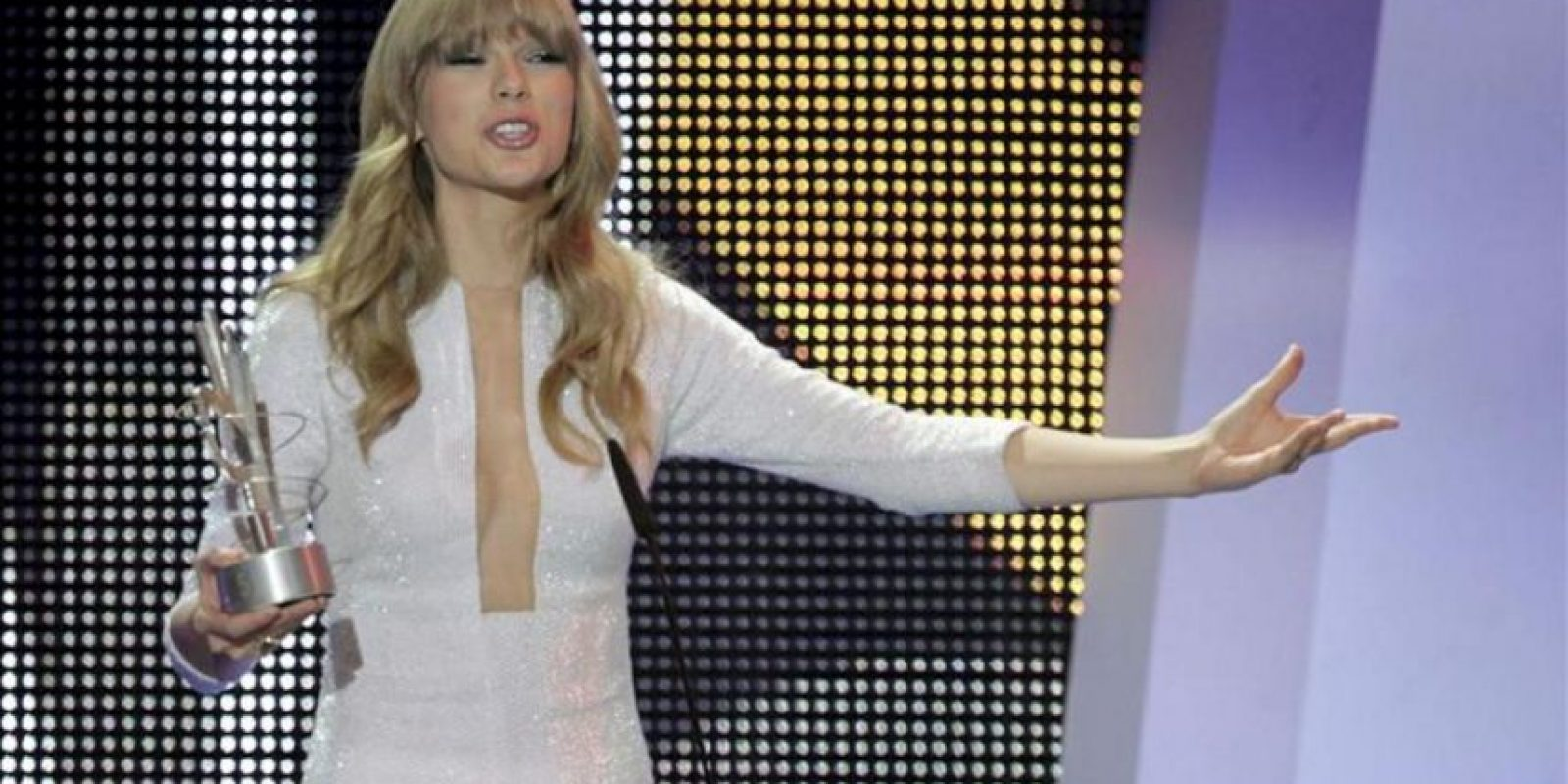La cantante norteamericana Taylor Swift, tras recibir el Premio artista internacional de lengua no española, durante el acto de entrega de los Premios 40 Principales 2012, en el Palacio de Los Deportes de Madrid. EFE