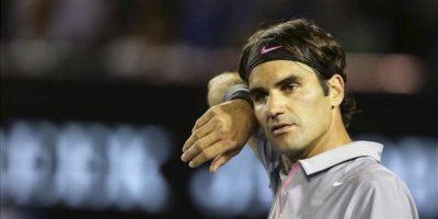 El tenista suizo Roger Federer reacciona durante la semifinal individual masculina del Abierto de Australia disputada hoy contra el británico Andy Murray, en Melbourne, Australia. EFE