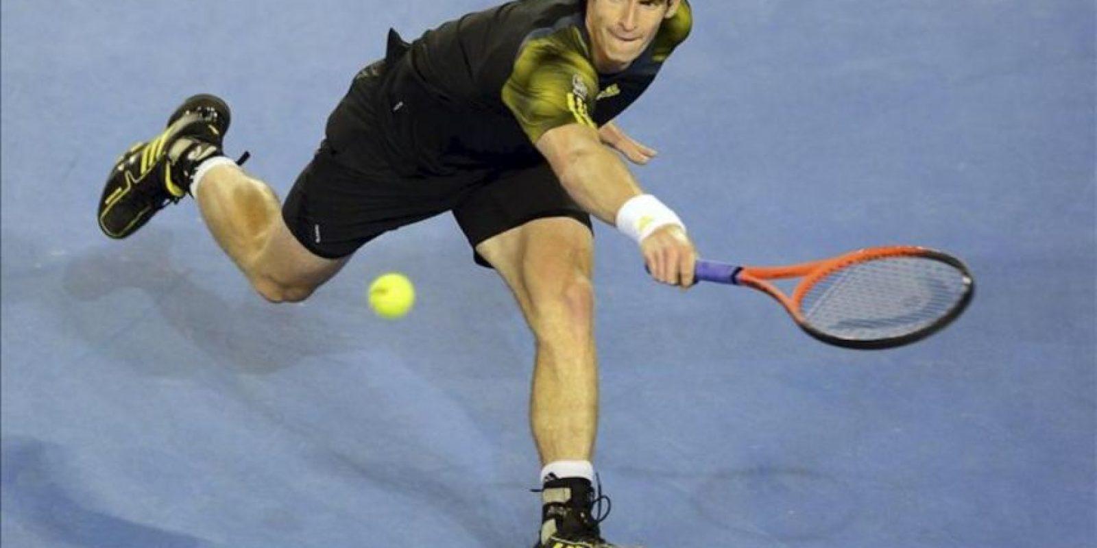 El tenista británico Andy Murray golpea la bola durante la semifinal individual masculina del Abierto de Australia disputada hoy contra el suizo Roger Federer, en Melbourne, Australia. EFE
