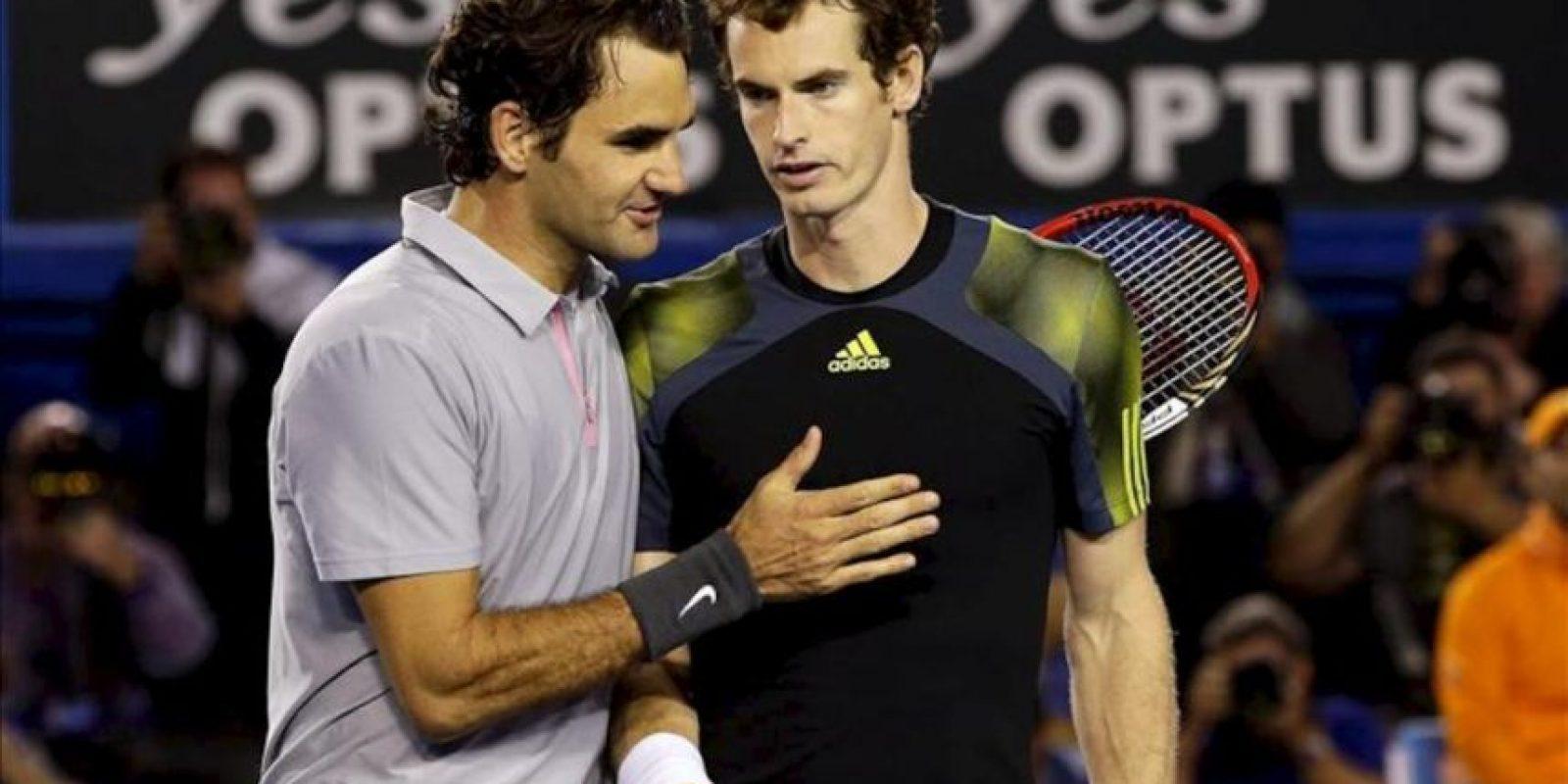 El tenista suizo Roger Federer (i) felicita por su victoria al británico Andy Murray tras la semifinal del Abierto de Australia disputada hoy en Melbourne, Australia. EFE