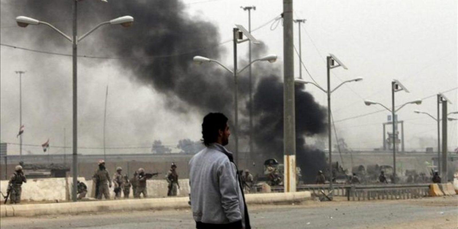 Un hombre pasa junto a soldados iraquíes y un camión militar en llamas durante los enfrentamientos entre manifestantes suníes y soldados iraquíes en la ciudad de Faluya, 50 kilómetros al oeste de Bagdad (Irak). EFE