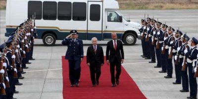 El presidente de Haití Michel Martelly (d) camina en medio de una guardia de honor, a su llegada al aeropuerto internacional de Santiago para la Primera Cumbre CELAC-UE que tiene lugar los días 26 y 27 de enero en Santiago de Chile (Chile). EFE