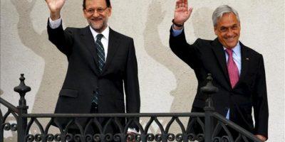 El mandatario de Chile, Sebastián Piñera (i), recibe al presidente del Gobierno español, Mariano Rajoy (d), durante su encuentro en el Palacio de la Moneda, en Santiago de Chile. EFE
