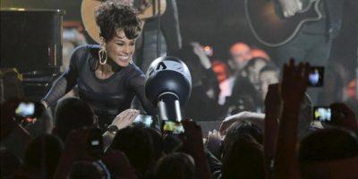 La cantante estadounidense Alicia Keys, galardonada como mejor artista y compositora estadunidense de la última década, durante su actuación en el acto de entrega de los Premios 40 Principales 2012, que tiene lugar esta noche en el Palacio de Los Deportes de Madrid. EFE