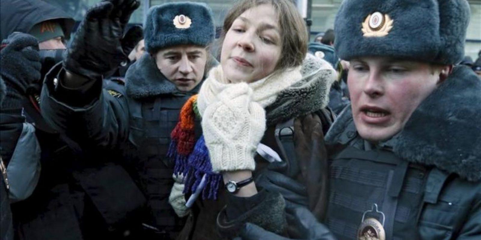 Agentes de policía detienen a una manifestante durante los enfrentamientos ocurridos durante una protesta frente a la Duma o cámara de diputados, en Moscú, Rusia. EFE