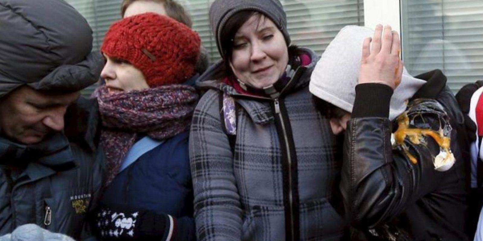 Activistas homosexuales son objetivo de un ataque con huevos y pintura tras darse un beso en la boca durante una protesta en favor de los derechos de los homosexuales frente la Duma o cámara de diputados, en Moscú, Rusia. EFE