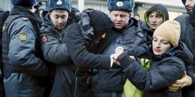 Agentes de policía detienen a un manifestante durante una protesta en favor de los derechos de los homosexuales frente a la Duma o cámara de diputados, en Moscú, Rusia. EFE