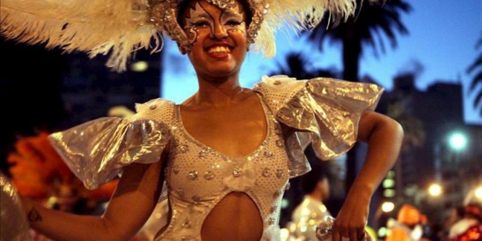 Integrantes de un conjunto carnavalero participan durante el desfile inaugural del carnaval uruguayo, en Montevideo. El Carnaval, la fiesta popular más importante del calendario uruguayo, regresó para adueñarse del país durante los próximos 40 días con su tradicional y multitudinario desfile de comparsas por la principal avenida de Montevideo. EFE